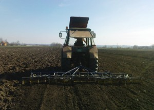 rad na polju sa roto drljačom